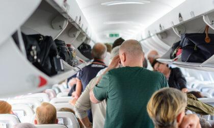 Dimenticatevi il bagaglio a mano in aereo almeno per un bel po' (le regole in volo)