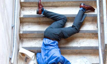 Ubriaco sbaglia casa, scappa spaventato e si sfracella sulle scale