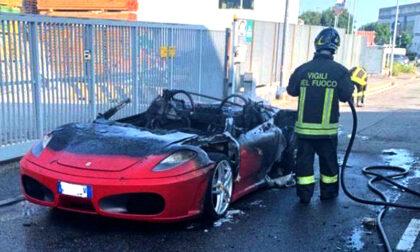 Compra una Ferrari, esce dal concessionario e l'auto va a fuoco: distrutta