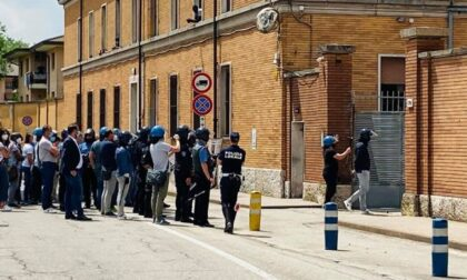 L'ex Caserma Serena è ora il focolaio Covid più grande d'Italia: tensione con i migranti che rifiutano la quarantena