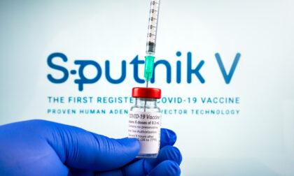 Il Brasile blocca Sputnik: l'adenovirus del vaccino russo si replica (e non dovrebbe farlo), il monito di Burioni