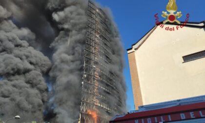 Devastante incendio a Milano: brucia palazzo di 15 piani. Magistratura già al lavoro per accertare le responsabilità