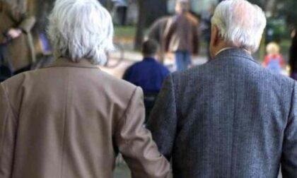 Il Covid abbatte la speranza di vita degli italiani: da 83,6 a 82 anni (ma c'è chi ne perde quattro)