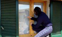 Ladro maldestro: incastrato sul balcone, viene salvato dai pompieri e... arrestato