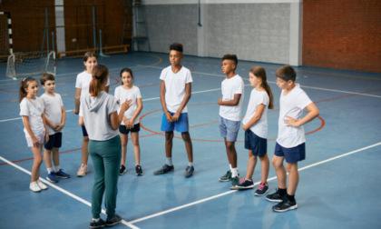 Maestra chiede agli alunni di sputare addosso a un compagno