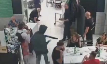 Il video della rapina shock al ristorante: banditi puntano i fucili contro i bambini