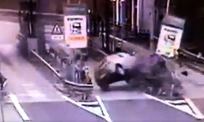 L'impressionante video dell'auto che si schianta contro il casello Ferrara Sud