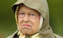 """La regina Elisabetta rifiuta il premio Anziano dell'anno: """"No grazie, non sono vecchia"""""""